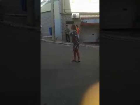 سائحة فرنسية تصرخ في وجه القوات العمومية خلال  مسيرة 20 يوليوز التي جبهت باستعمال العنف والقنابل المسيلة للدموع/ فيديو