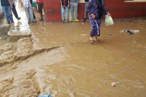 قطرات من أمطار الخير تغرق مدينة ببني انصار