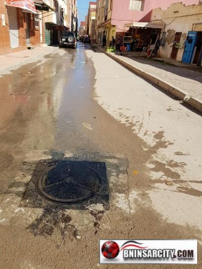 تسرب الواد الحار من قناة للصرف الصحي بحي المسجد ببني انصار