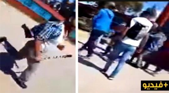 """أستاذا حاملا """"هراوة"""" في يده يطارد أحد التلاميذ داخل ساحة المؤسسة"""