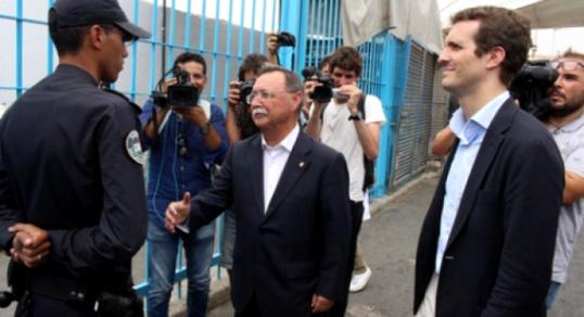 شرطي مغربي بمعبر تراخال  بمدينة سبتة المحتلة  يرفض مصافحة مسؤول إسباني