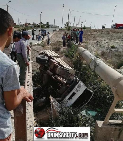 حادث خطير:  اِنقلابه شاحنة من الحجم الكبير أسفل وادٍ بمدخل مدينة العروي بإقليم الناظور