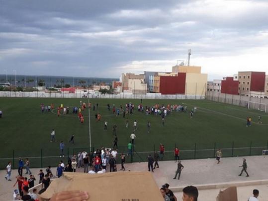 مباراة كرة القدم بين هلال الناظور و اتحاد شباب سلوان يوقفها الحكم بسبب أعمال الشغب