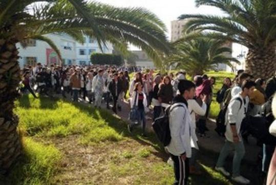 """تلاميذ الناظور يخضون مسيرات إحتجاجية  """"رفضا"""" لساعة العثماني"""