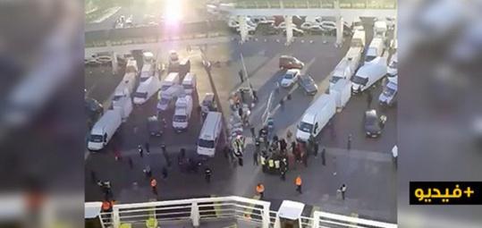 احتجاجات  وفوضى عارمة من طرف المسافرين بميناء بني انصار/ فيديو