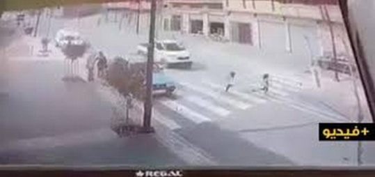 فيديو مؤلم.. شاحنة خفيفة لنقل البضائع تدهس تلميذة بإمزورن على ممر الراجلين