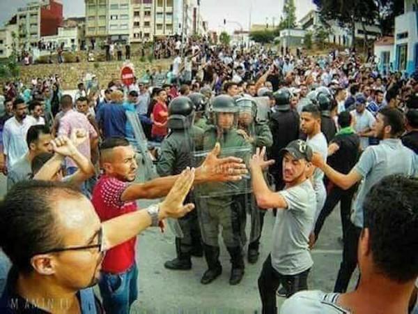 مسيرة احتجاجية صاخبة رداً على اعتقال شابين من نشطاء الحراك بإقليم الحسيمة / فيديو