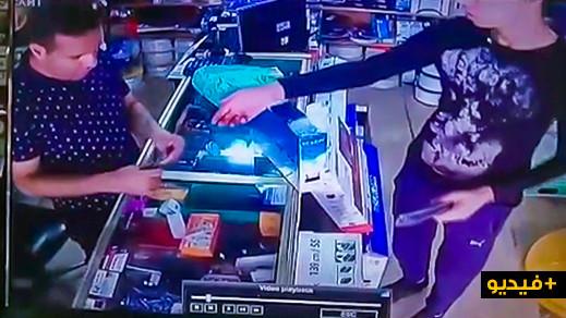 """سرقة محل تجاري بحي """"لعري الشيخ"""" بالناظور والكاميرا  ترصد العملية"""