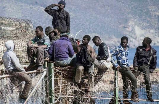 Melilla: muere un inmigrante tras un salto masivo a la valla de la ciudad autonoma / video