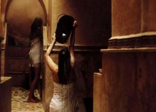 العناصر الأمنية توقف امرأة تصور النساء في غرفة تغيير الملابس وهن عاريات بحمام شعبي