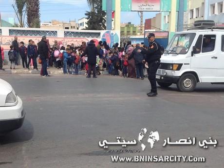 شكر خالص لشرطي مرور ينظم حركة السير أمام مدرسة البكري الإبتدائية ببني انصار