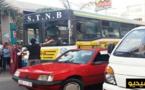 شجار عنيف بين سائق حافلة للنقل الحضري وسائق سيارة اجرة من النوع الصغير وسط مدينة الناظور/ فيديو