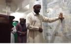 رغم الزلزال: إمام أندونيسي يواصل  صلاته