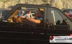 الملك محمد السادس يتجول بسيارته المكشوفة على الطريق الرابطة بين الحسيمة و إمزورن