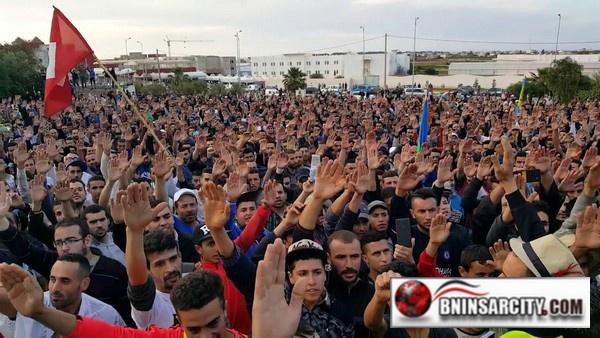 نشطاء الحراك الشعبي يؤدون قسم الحراك بمركز بوكيدان بالحسيمة / فيديو