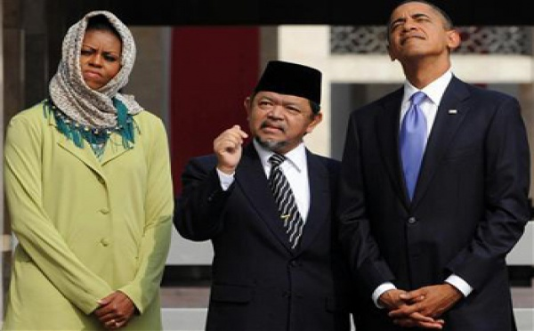 """ميشيل أوباما """" تتحجب"""" في اندونيسيا"""