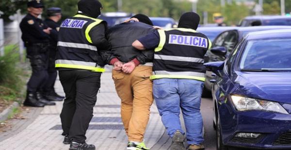 الشرطة الإسبانية تعتقل ثلاثة قاصرين مغاربة حاولو سرقة سيدة