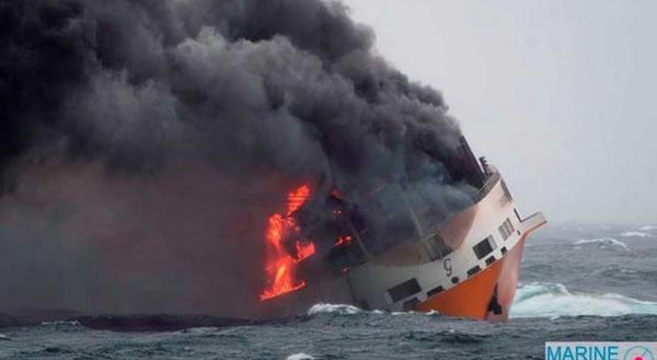 كارثة بيئية في فرنسا .. احتراق سفينة محملة بـ2000 سيارة متوجهة إلى المغرب