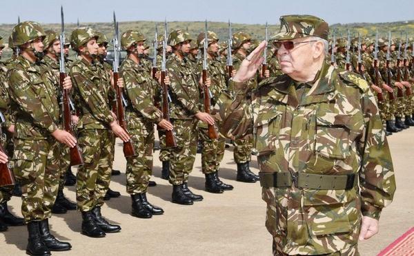 الجيش الجزائري يشهر الأسلحة الحربية الحيّة قبالة الحدود المغربيّة