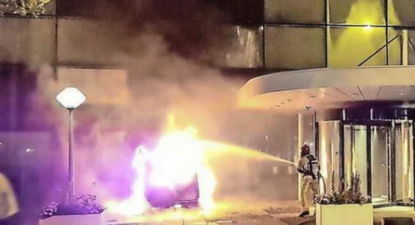 عصابة  تهاجم مقر صحيفة بسيارة مفخخة / فيديو