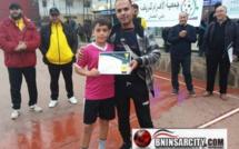 تتويج التلميذ محمد بويعماذ كاحسن لاعب في كرة القدم بمدينة بني انصار